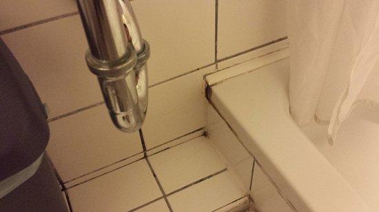 Csaszar Hotel: mould in bathroom