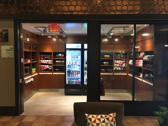 Holiday Inn Westbury: 24-Hour Market/Pantry in Lobby