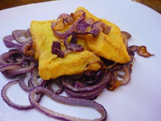 Valfabbrica, อิตาลี: Baccala' fritto con cipolla rossa di Cannara