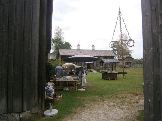 Ljusdal, Swedia: Gräsmattan utanför Hembygdsgården och restaurangen.