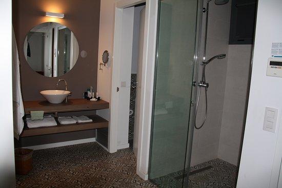 salle de bain ouverte sur la chambre avec douche l 39 italienne photo de urh moli del mig. Black Bedroom Furniture Sets. Home Design Ideas