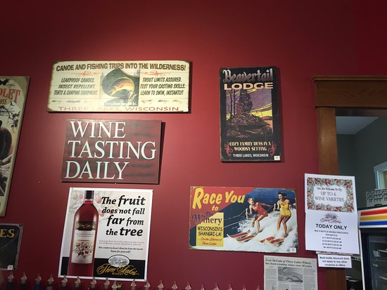 Three Lakes, WI: Tasting area decor