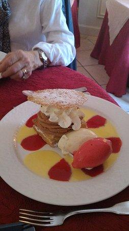 Эйме, Франция: Tarte aux pommes tiède et crème praliné style Paris-Brest
