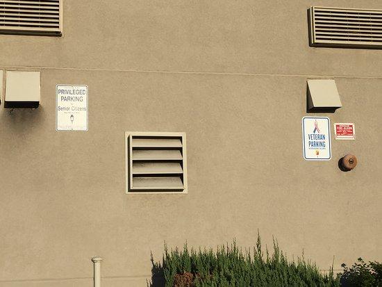 سوبر 8 هاجرزتاون هافواي: Parking for senior citizens and veterans