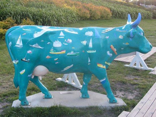Ventspils, Lettonia: Eine der vielen bunten Kühe, die überall in der Stadt herumstehen