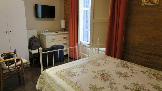 Hostal Orleans: Habitación con balcón y cama matrimonial.