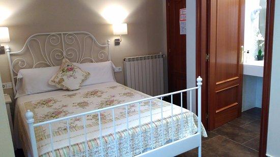 Hostal Orleans: Habitación con cama matrimonial y baño privado.