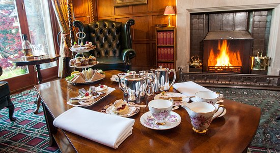 Dulnain Bridge, UK: Afternoon Tea by the Fire
