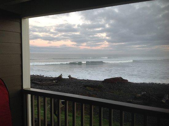 Lanai at the Cove: Morning surf check