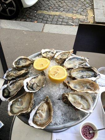 Oysters. Spéciales Gillardeau №2 & Fines de Claires №2