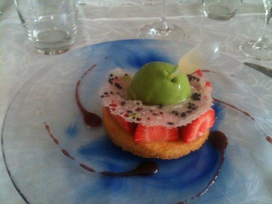 Argentat, Fransa: Sablé aux fraises avec compotée de rhubarbe et sa boule de fraîcheur à la roquette