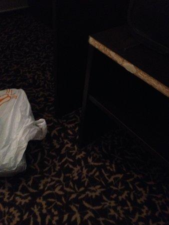 Hotel Arena Montpellier : mueble roto con peligro de rozarte y clavarte una astilla.