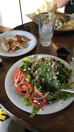 ‪‪Northglenn‬, ‪Colorado‬: Greek salad minus the red peppers. Delicious! Chicken on the side-so flavorful and juicy.‬