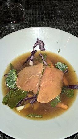 Faucon, France : fois gras cuit minute dans un bouillon et ses légumes croquants...trop bon