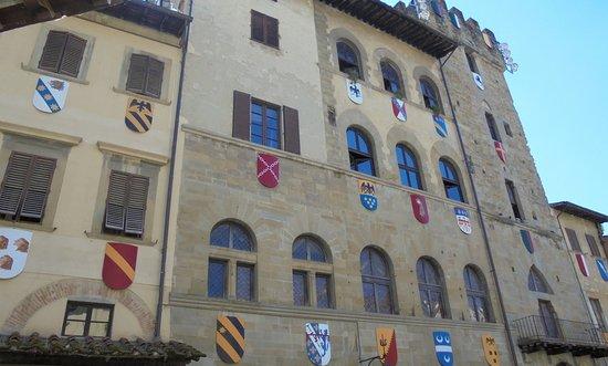 Piazza Grande: Гербы на Пьяцце Гранде-2