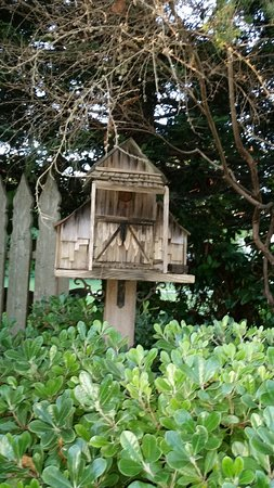 Cambria Pines Lodge Restaurant: Birdhouses In The Garden
