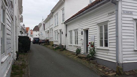 Flekkefjord, Norwegia: Kjempefint og godt bevart gammel by , kjempekoselig å rusle der selv om det er kald høst