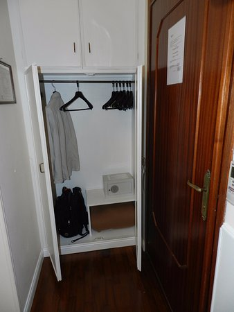 Hotel Italia: Closet and safe
