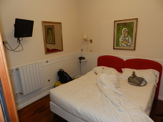 Hotel Italia: Bed and TV