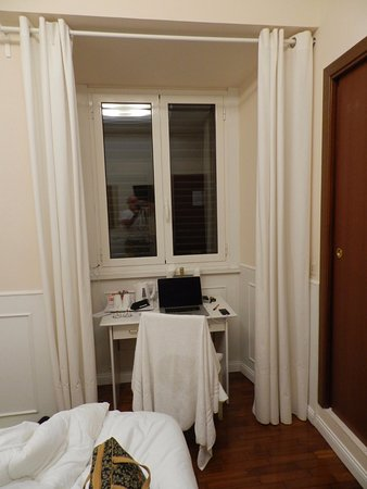Hotel Italia: Desk & window