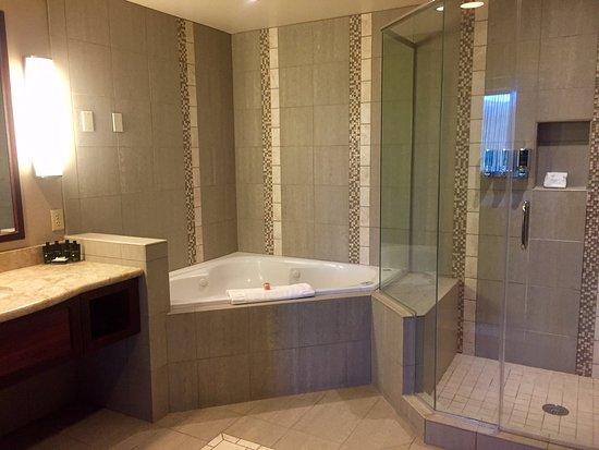 Seven Feathers Casino Resort: beautiful suite bathroom