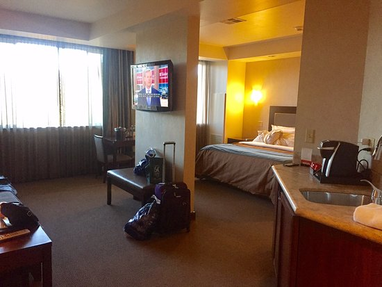 Seven Feathers Casino Resort: King suite