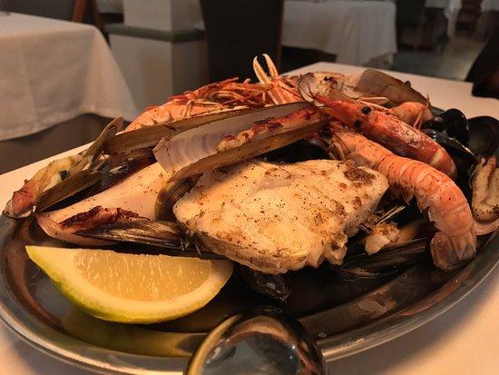 Sant Andreu de Llaveneres, España: Parrillada de marisco para 2, fresco rico y sin aceite como le guata a mi mujer!!
