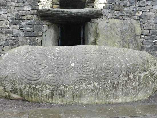 Donore, Irland: Carved stone at entrance