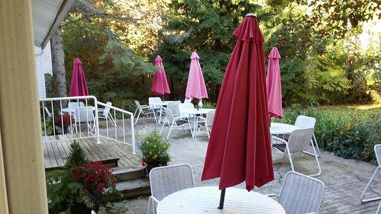 إيجل هاربور إن: The patio adjacent to the inn