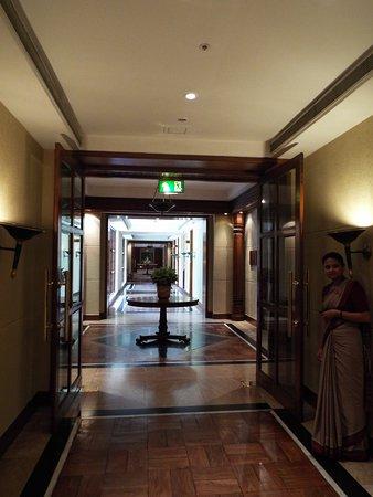Crowne Plaza Kathmandu-Soaltee: Old style and elegant Hallways on the main floor