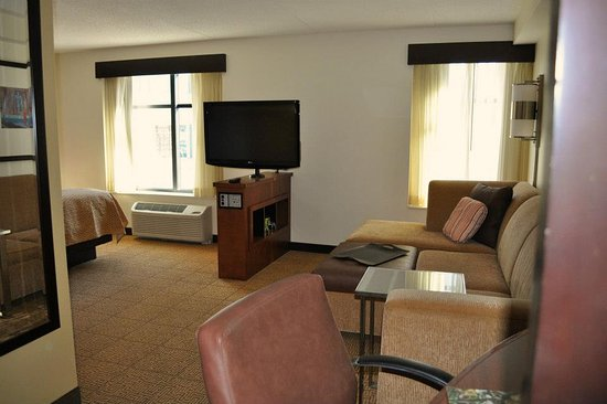 Hyatt Place Pittsburgh-North Shore: Our corner room