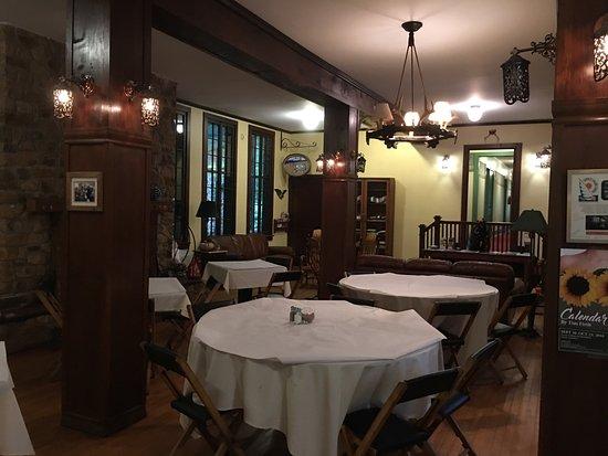 Gordon Beach Inn: Lobby and part of resaturant.