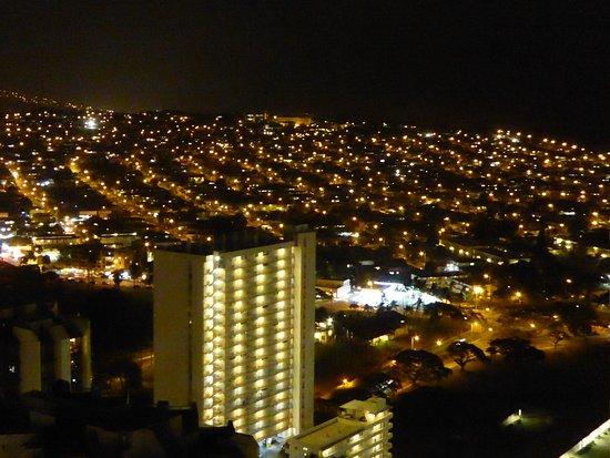 Waikiki Banyan: 山側の夜景