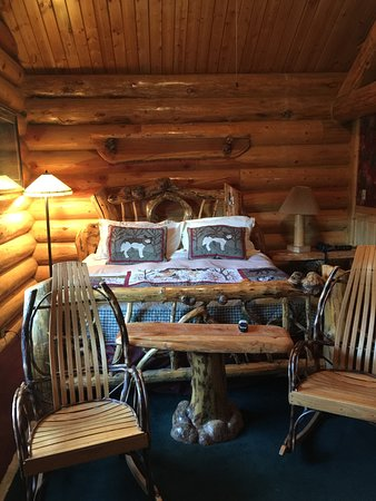 Hibernation Station: Great Cabin look, massive beams, gas fireplace