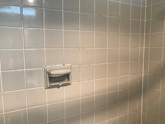 Days Inn by Wyndham Columbia I-70: Mold and filth all over the bathroom