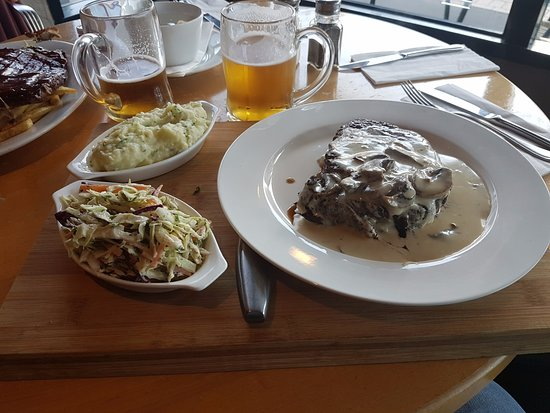 Temuka, Nueva Zelanda: Ribeye steak, side of slaw and mash potato.