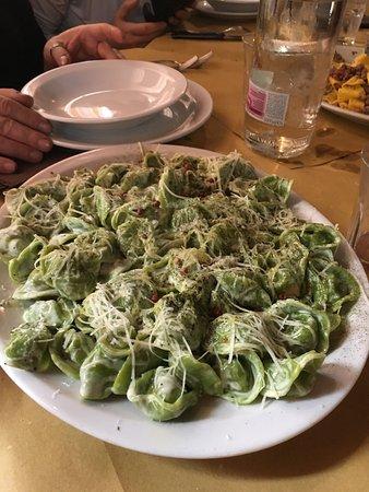 Apecchio, อิตาลี: Si mangia sempre bene con una scelta molto vasta di tutto, entri e trovi gia tanto pronto sulla