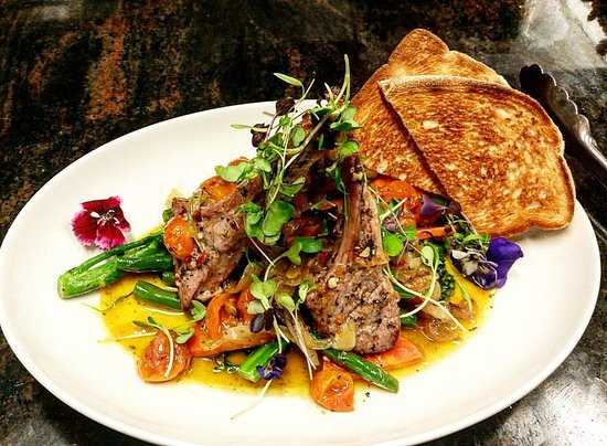Mt Eliza, Avustralya: Lamb cutlets with cherry tomatoes,rosmery infused caramelised onion and seasonal vegies!