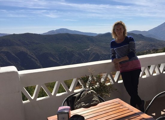 Pitres, Spanien: My wife on the terrace overlooking the mountains.