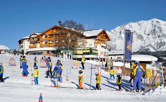 Rohrmoos-Untertal, Østerrike: Skischule vor dem Hotel