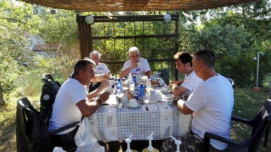 Licciana Nardi, Italia: colazione in giardino