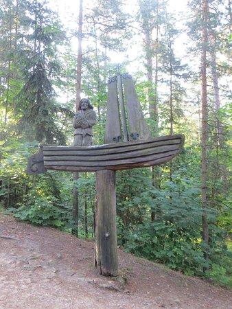 Juodkrante, Lithuania: Une sculpture qui donne une idée de comment vivait les gens de la région à l'époque.
