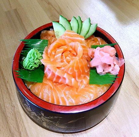 Remiremont, Francia: Le traditionnel chirachi saumon, un riz à sushi surmonté de lamelles de poisson cru, A servir av