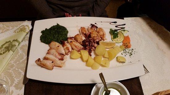 Gostilna Metulj: Calamari alla grigli con patate e spinaci