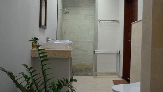 badezimmer - mit badewanne, dusche und tageslicht von der decke
