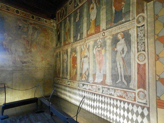 Fenis, Ιταλία: Affreschi della sala dedicata un tempo alla messa