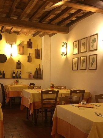 Pomarance, Italia: Der kleine Gastraum ist verwinkelt aber sehr gemütlich