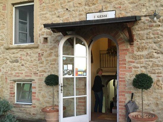 Pomarance, Italia: Der Eingang weist erstmal nicht auf ein Restaurant hin