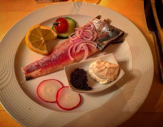 Landhotel Sonneck: Vorspeise: Geräuchtes Forellenfilet mit Meerrettichschaum und köstlichen Rogen