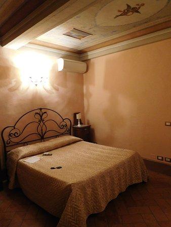 Antica Residenza Cicogna: Paresaggi suite : main bedroom